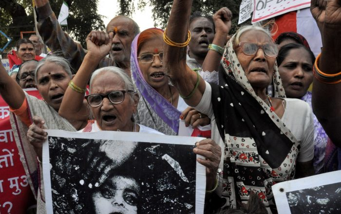 Elderly survivors of the ‪Bhopal Disaster‬ protest for justice and improved compensation
