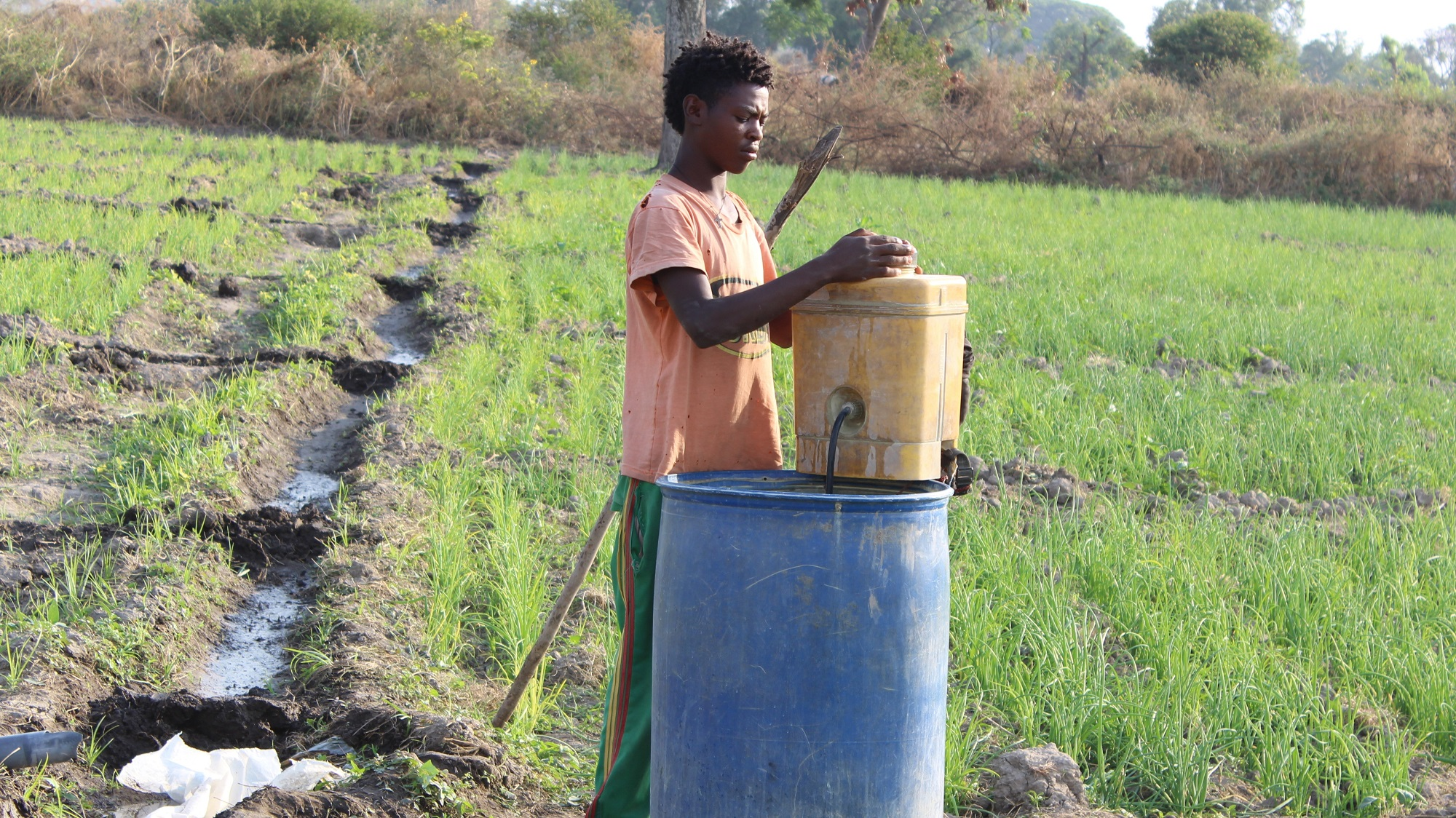 Handling pesticides without protection - credit PAN Ethiopia
